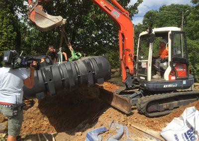Installation d'une cuve rigide enterrée GRAF, pour récupération d'eau de pluie.