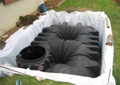Enfouissement d'une cuve enterrée GRAF, pour la récupération et le stockage de l'eau.
