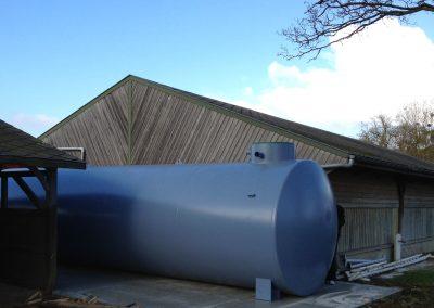 Cuve en acier hors-sol, pour la récupération de l'eau de pluie.